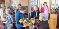 Children handing our flowers for Mothers Day 2017 (1)